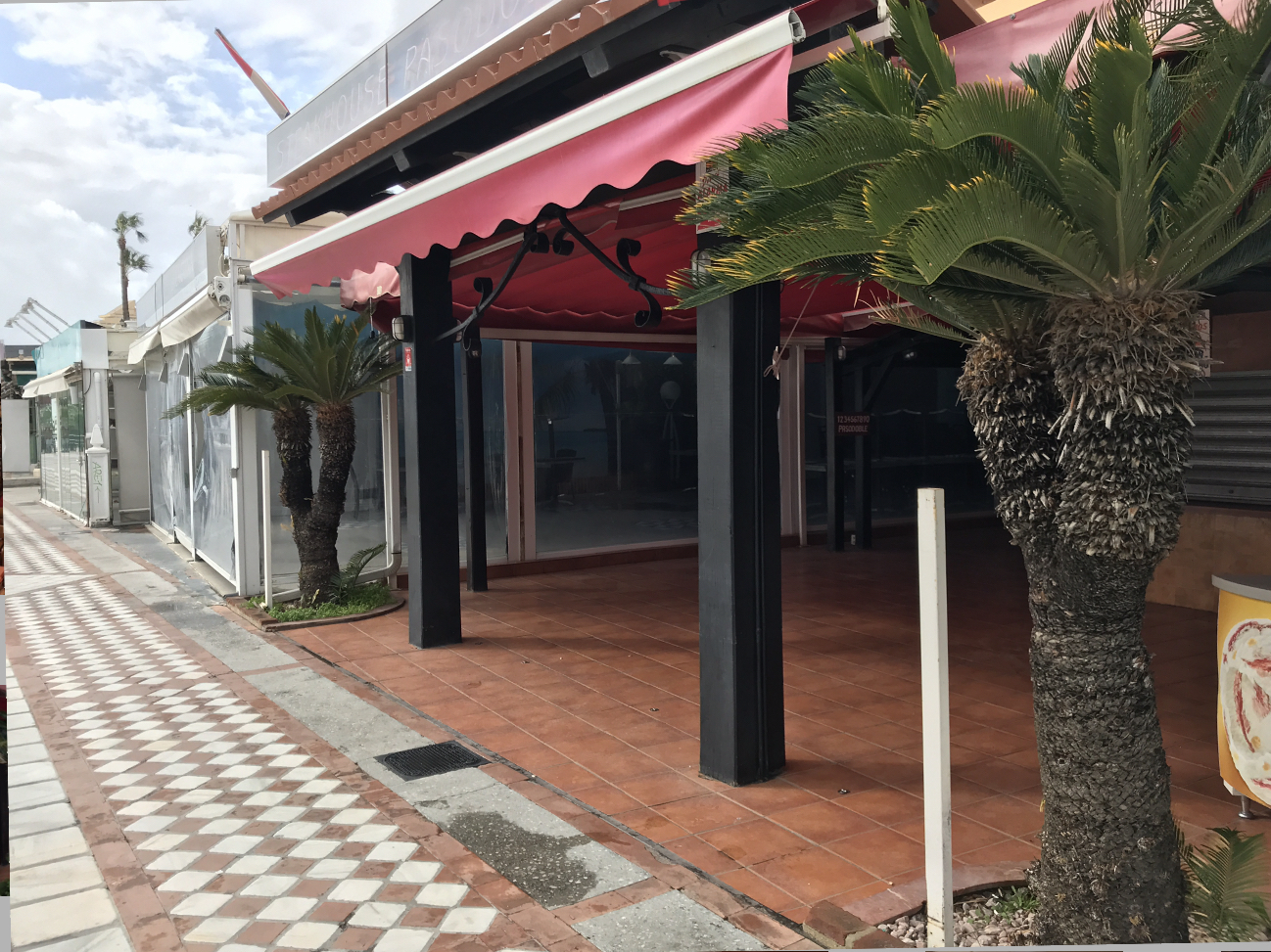 WELL ESTABLISHED RESTAURANT FOR SALE, FIRST LINE BEACH, CLOSE TO PUERTO MARINA IN BENALMÁDENA COSTA